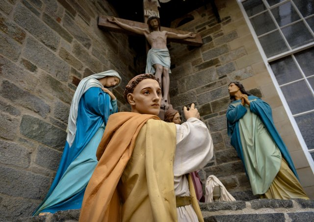 A statue of St Columba at the Calvary scene outside St Columba's Church, Long Tower.  DER2320GS - 003