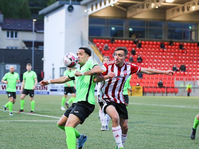 Derry City midfielder Joe Thomson and Will Seymore (Finn Harps) battle for the ball during the derby. Photograph by Kevin Moore.