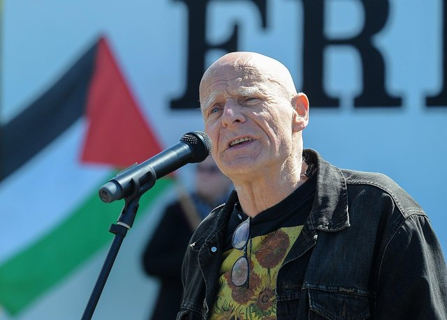 Veteran civil rights campaigner Eamonn McCann addresses the Palestinian solidarity Rally at Free Derry Wall on Saturday after last. Photo: George Sweeney. DER2120GS – 075