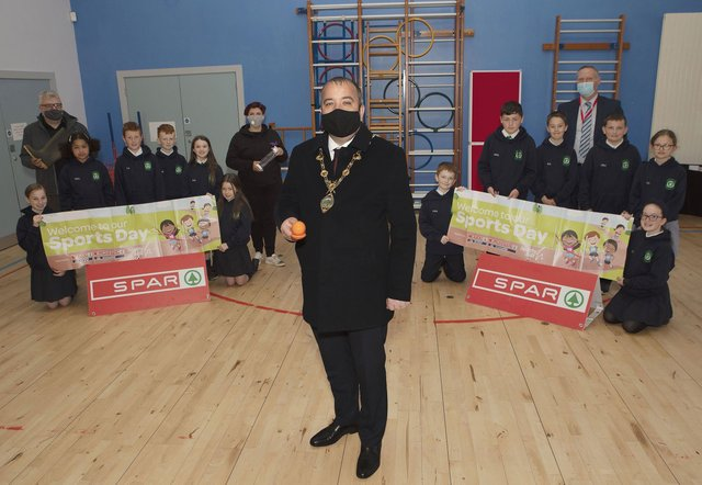 Mayor Brian Tierney with P7 pupils at St. Patrick's PS, Pennyburn, who took part in the Healthy Kidz Challenge. Included on left, Stephen McCallion, teacher, Gail Kinkead, Healthy Kidz Challenge organiser, and on right, Eamon Devlin, school principal. (Photo - Tom Heaney, nwpresspics)