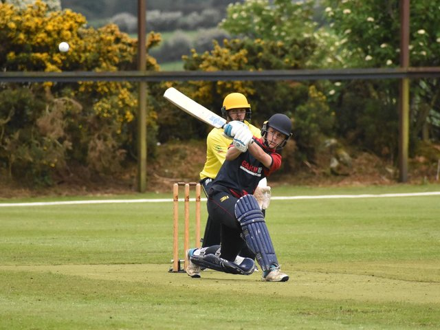 Bonds Glen's Raymond Curry fires this one to the boundary. Picture by Lawrence Moore