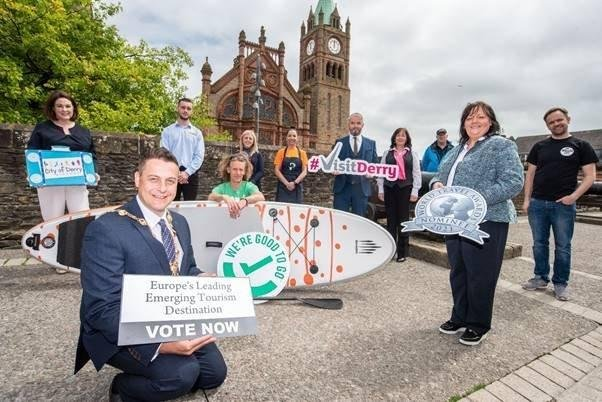 Mayor Alderman Graham Warke with Visit Derry chair Michelle Simpson and Chief Executive Odhran Dunne. Supporting the voting are industry members, Brenda Morgan, City of Derry Airport, Ethan Dunlop, City Cabs, Lawrence McBride, Far and Wild, Carla McDevitt, Airporter, Kiera Duddy, The Pickled Duck, Bronagh Masoliber, Visit Derry. David Douglas, Derrie Danders and James Huey, Walled City Brewery.