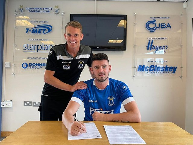 Derry man Joe McCready signs for Dungannon Swifts. Also pictured is manager Dean Shiels.
