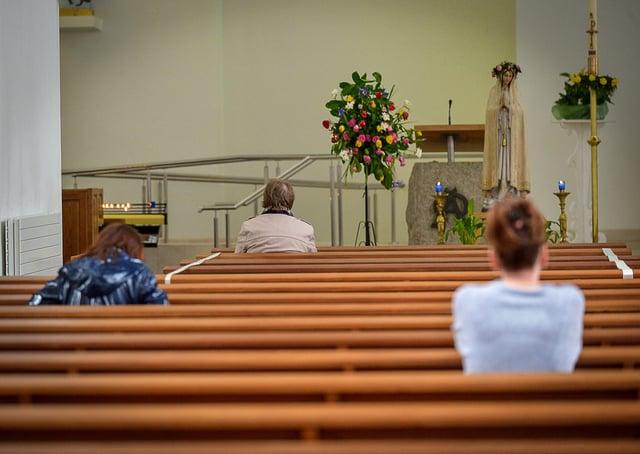 Parishioners at prayer. DER2120GS - 048