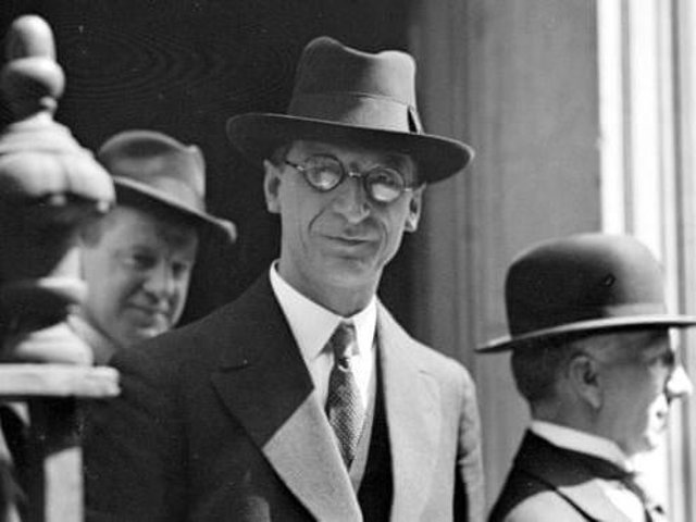 President of the First Dáil Éamon de Valera agreed the ceasefire in order to enter into negotiations with British Prime Minister David Lloyd-George about a withdrawal from Ireland.